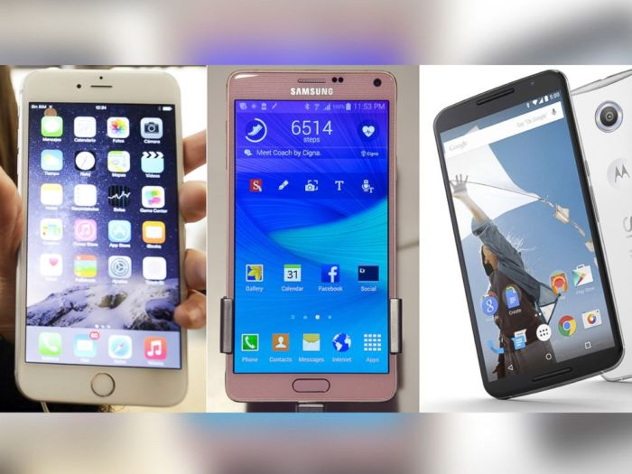 في المنتصف Galaxy Note 4 وعلي اليمين Nexus 6  وعلي اليسار iPhone 6 Plus