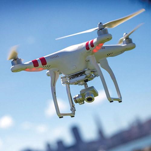 هذه النوعية من الطائرات تباع للمشترين في المحال التجارية وهي تحمل كاميرا عالية الكفاءة ويتم التحكم فيها عن طريق الموبايل أو الأيباد