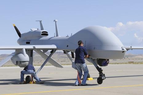 الطائرات بدون طيار قد تكون كبيرة الحجم ومثال علي ذلك الطائرات التي تستخدم في الأغراض العسكرية كما يظهر في الصورة
