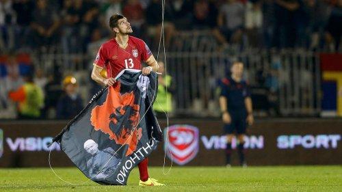 الحادثة الشهيرة لإسقاط علم ألبانيا الكبري بواسطة طائرة بدون طيار في مبارة كرة قدم بين صربيا وألبانيا تحولت الي معركة