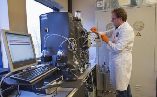 أحد المتخصصيت يقوم بإعداد الدواء المعالج لعيوب الجينات في معمل الشركة المنتجة بهولندا