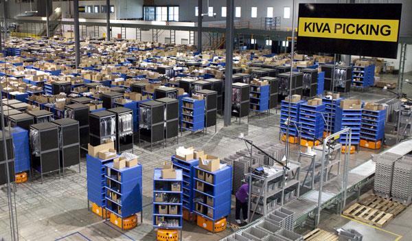مخزن لشركة أمازون ويظهر باللون البرتقالي الروبوت الذي يحرك الأرفف التي يخزن داخلها المنتجات