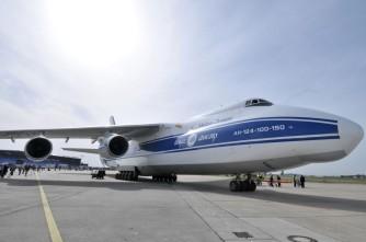 المركز الخامس: تحتله الطائرة الأوكرانية أيه أن 124 روسلان وهي تعتبر أكبر طائرة لنقل البضائع في العالم. ظهرت للمرة الأولي عام 1988 ويصل ثمنها الي 100 مليون دولار. تبلغ المسافة بين الجناحين 73 متر وطولها 69 متر. الطائرة مقسمة الي طابقين الأول لكابينة القيادة واستراحة الطاقم والثاني لتخزين البضائع