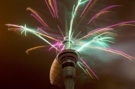 برج مدينة أوكلاند الشهير بنيوزيلاند شهد الأحتفالات الرئيسية كأول مدينة تري العام الجديد