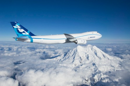 المركز الثالث: طائرة شركة بوينج الأمريكية 747-8 ويبلغ طولها 77 متر وهي أطول طائرة في العالم. تستطيع الطائرة أن تحمل 467 راكبا وهي تتميز بكفائتها في توفير الوقود ومداها الطويل. ظهرت للمرة الأولي عام 2005 وهي من الجيل الثالث لطائرات الجامبو 747