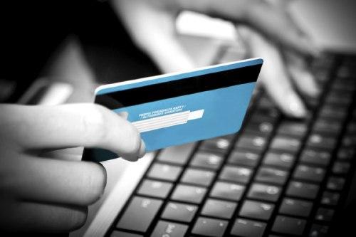 العالم كله يتسوق من علي الإنترنت فلا تخف من استخدام بطاقتك الإئتمانية ولكن بحرص ووعي