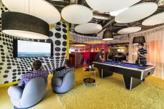 غرفة للترفيه في مكتب لندن وبها بلياردو وألعاب إلكترونية تساعد علي إعادة شحن العقول