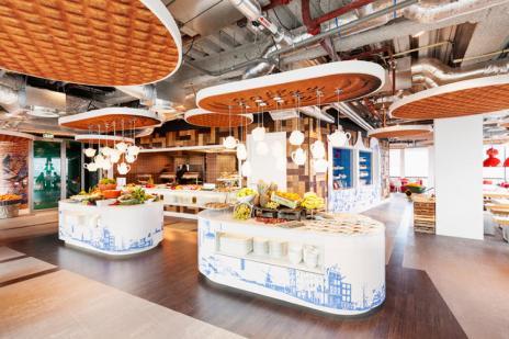 المطعم في جوجل أمستردام بهولندا وقد صمم السقف علي شكل فطائر الوافن