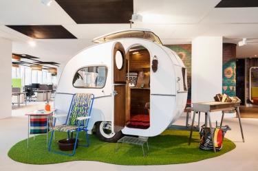 غرفة الأجتماعات في مكتب امستردام وقد صممت علي شكل الكرافان الذي كانت تقطره السيارات ويستخدم في الرحلات الخلوية وهو ما حافظ عليه التصميم