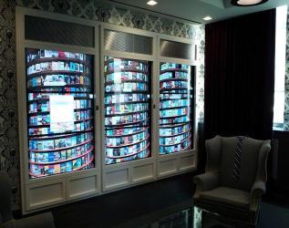 مدخل مكتب جوجل في نيويورك وفي الخلفية مكتبة إلكترونية