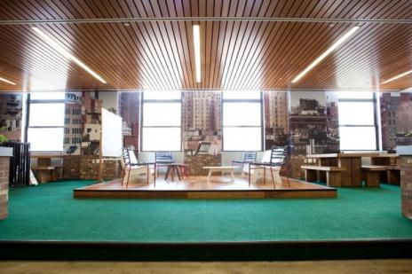 مكتب جوجل في نيويورك يعتبر من أكبر مكاتبها في العالم فمساحته 3 مليون قدم مربع وهو يحتل مربع سكني من 8 أدوار ويستخدم الموظفين سكوتر للتنقل بين المكاتب ويمكن أصطحاب الكلاب