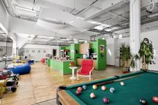 مكتب جوجل في بيتسبرج وهو يضم جزء خاص بالمشروبات وبلياردو وكراسي مريحة