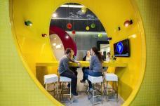 الألوان المبهرة في مكتب جوجل في دبلن - إيرلندا مع تصميم أبعد ما يكون عن تصورنا للمكاتب