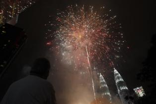 أمام اشهر معالم ماليزيا ناطحتي السحاب التوأم بيتروناس الألعاب النارية تضيء السماء