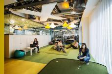 غرفة مهندسي التطوير بجوجل لندن وهي تحتوي علي ملعب جولف صغير