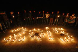 بالقرب من مدينة صلاح الدين بسوريا أوقد السوريين الشموع لعل عام 2015 يأتي بالفرج