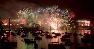ميناء سيدني مضاء بمختلف الوان الألعاب النارية