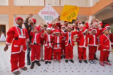 بأزياء بابا نويل أحتفل أطفال مدينة حيدر أياد بالهند احتفالات بداية العام