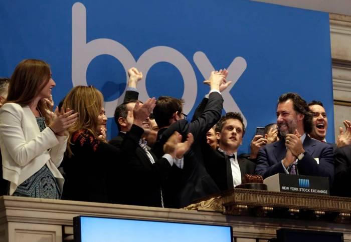 رئيس مجلس إدارة الشركة والعاملين بها يحتفلون في بورصة نيويورك بطرح اسهم الشركة في البورصة