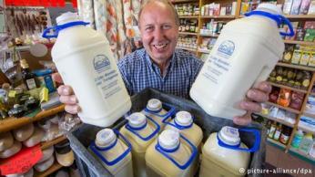 الحليب: يحتوي الحليب على كميات كبيرة من الكالسيوم، إذ أن كوبا واحدا منه يوميا يكفي لإمداد الجسم بربع كمية الكالسيوم اللازمة. ويساعد الكالسيوم على بناء العظام والطاقة في الجسم ويساعد على تقليل التشنجات العضلية والمحافظة على اللياقة والحيوية للجسم