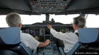 رقم 3 - الطيار: يقال دائما إن الطائرة هي أكثر وسائل النقل أمانا، إلا أن مهنة الطيار تعد واحدة من أخطر المهن. فأي تقاعس أو أي خطأ بسيط من شأنه أن يشكل خطرا على حياة الركاب وطاقم الطائرة