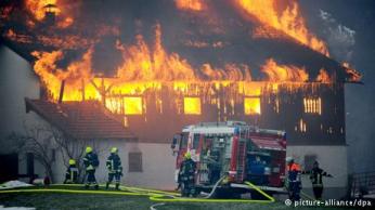 رقم 4 - رجال الإطفاء: يواجه رجال الإطفاء أثناء قيامهم بمهمتهم مخاطر كثيرة تعرضهم للخطر، ما يجعلها من المهن الخطيرة أيضا. ولا تقتص مهمة رجال الإطفاء على إخماد الحرائق فحسب، بل يقومون بمواجهة العواصف والفيضانات وغيرها من الكوارث الطبيعية