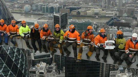رقم 7 - عمال البناء: تعد مهنة خطيرة للغاية، إذ يتوجب عليهم العمل في مختلف الأحوال الجوية. كما يتعين على عمال البناء أن يكونوا قادرين على العمل على ارتفاعات شاهقة، كأولئك الذين يعملون في بناء ناطحات السحاب، فهم معرضون للسقوط في أي وقت. كما أنهم يتعاملون مع معدات ثقيلة من الممكن أن تؤدي إلى إصابتهم في حال التعامل معها بشكل خاطئ