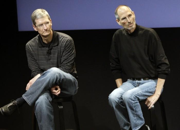 """صورة لستيف جوبز مؤسس أبل ( الي اليمين) وتيم كوك الرئيس التنفيذي الحالي للشركة (الي اليسار) في مقر الشركة بكاليفورنيا عام 2010 ويظهر علي """"جوبز"""" آثار المرض"""