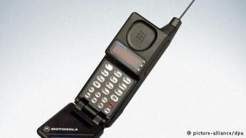 صورة 3- موتورولا ميكرو تاك: في سنة 1989 عادت شركة موتورولا وقدمت هاتفها الجديد موتورلا مايكرو تاك لينهي حقبة موتورولا دينا تاك. الهاتف الجديد كان أصغر من القديم ويمكن حمله واستعماله بسهولة.