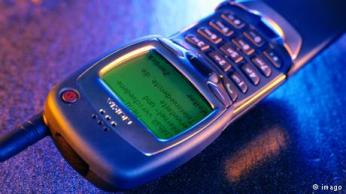 صورة 7 - نوكيا 7110: كان أول موبايل يمكنه استعمال الانترنت عن طريق بروتوكول التطبيقات اللاسلكية WAP، ويمكنه تصفح الانترنت وقراءة بريد الموبايل.