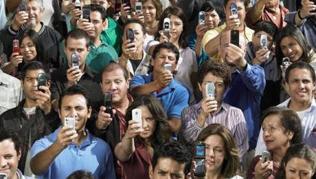 صورة 9 - الموبايل في متناول الجميع: الموبايل أصبح اليوم في متناول الجميع ومتعدد الاستعمالات والأغراض وأصبح جزءا أساسيا من حياة الكثيرين ولا يستطيعون الاستغناء عنه.