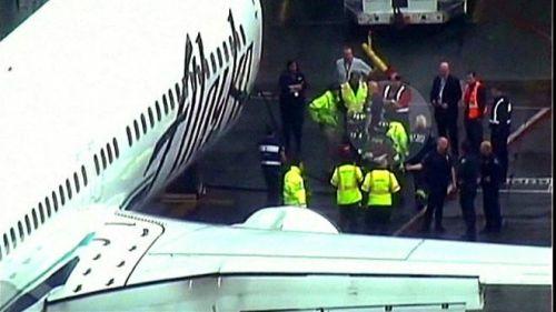 تنبه قائد الطائرة لوجود العامل عندما سمع صوت طرقات قوية أسفل الطائرة