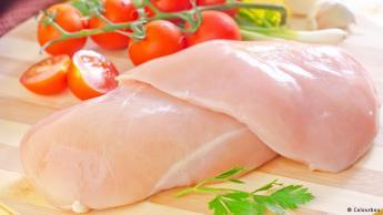 لاتضع اللحم النيء بجانب الخضروات: من المعروف أن اللحوم النيئة تحمل الكثير من البكتيريا، لذا ينصح خبراء الصحة بالابتعاد عن تخزين الخضروات مكشوفة بجانب اللحم النيء، تفاديا لانتقال البكتيريا إلى الخضروات