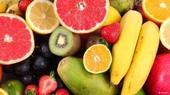 لا تضع الفواكه الاستوائية في الثلاجة: الفواكه الاستوائية، مثل الموز والمانجة والكيوي، ينصح بعدم تخزينها في الثلاجة. فهي فواكه تنمو في المناطق الحارة وتخزينها في الثلاجة يعرضها لصدمة باردة ما يؤدي إلى تلف أنسجتها