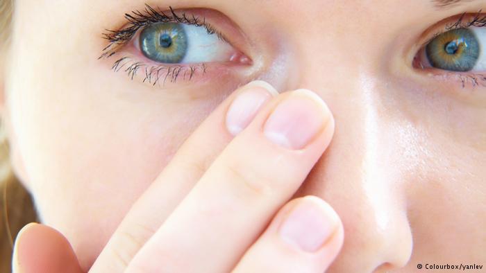 النظر للشاشات لفترات طويلة يرهق العينين