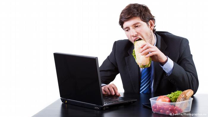 الوجبات السريعة في العمل قد تتسبب في السمنة