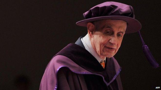 عالم الرياضيات جون ناش أثناء تسلمه الدكتوراه الفخرية عام 2011