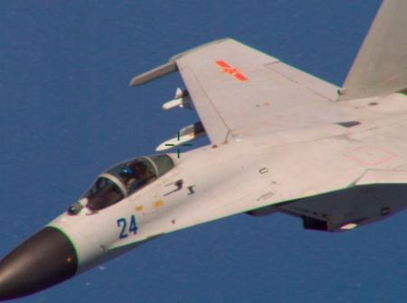مقاتلة صينية من طراز جي - 11 شوهدت وهي تحلق بالقرب من قاعدة تابعة للبحرية الأمريكية تقع على بعد حوالي 215 كيلومترا شرقي جزيرة هاينان الصينية يوم 19 أغسطس 2015