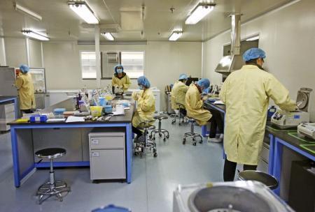 باحثون في مختبر تابع لمؤسسة بحوث في الجينات الوراثية في تيانحين بالصين يوم 2 ابريل 2014