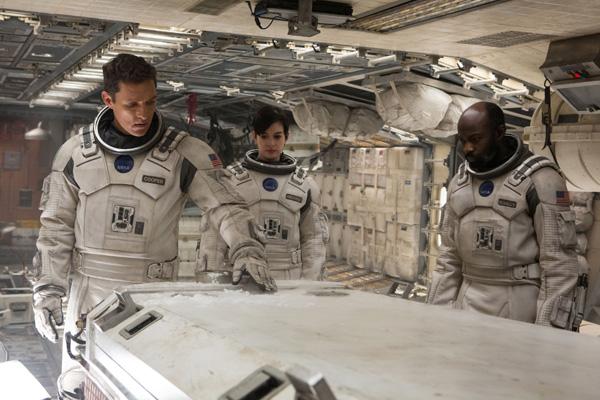 يقول العالم الصيني جونج ديز هو أن عملية التحام سفن الفضاء تحتاج الي تقنيات أفضل لأن أي إنحراف بسيط قد يتسبب في كوارث كما حدث في فيلم إنترستيلر