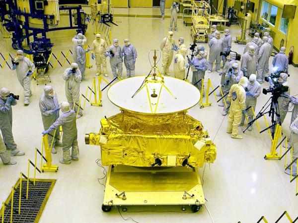 المركبة الفضائية نيو هورايزونز أثناء تجميعها بوكالة ناسا قبل إطلاقها في أطول رحلة في التاريخ