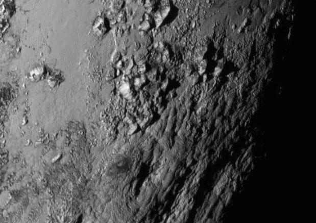 صورة توضح الجبال الثلجية التي توجد علي سطح الكوكب