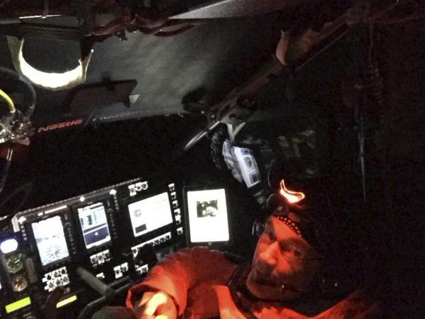 الطيار السويسري أندريه بورشبورج بعد هبوطه في هاواي