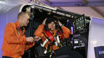 الطياران السويسريان اندري بورشبرج وبرتراند بيكارد