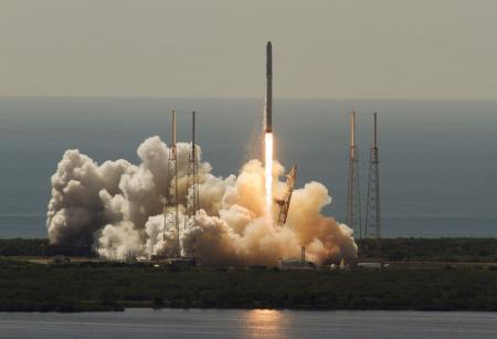 الصاروخ فالكون 9 التابع لشركة سبيس إكس لدى انطلاقه من كيب كنافيرال في فلوريدا يوم 28 يونيو 2015