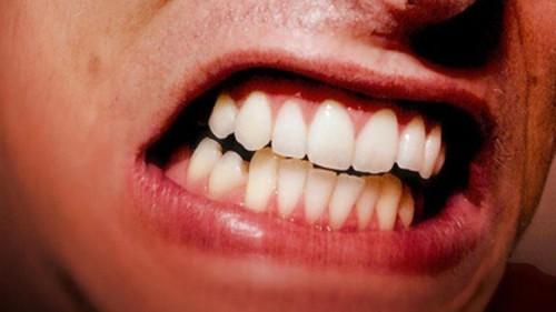 الجز علي الأسنان من العوامل التي ستجعلك تقوم من النوم متعبا