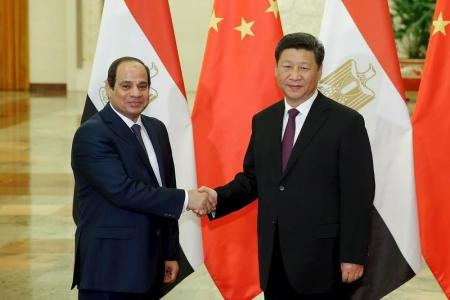 الرئيس الصيني شي جين بين يصافح نظيره المصري عبد الفتاح السيسي في بكين يوم 2 سبتمبر 2015
