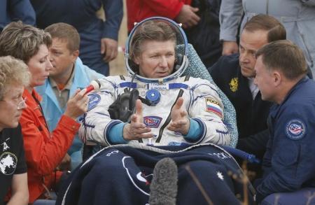 رائد الفضاء الروسي جينادي بادالكا اثر هبوطه بالقرب من بلدة زيزكازجان في قازاخستان يوم السبت. صورة لرويترز من ممثل لوكالات الأنباء.