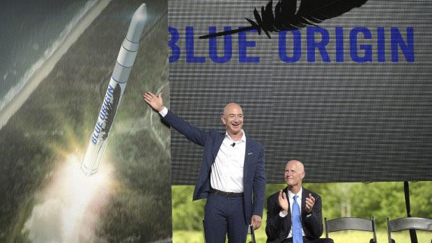 مؤسس شركة أمازون جيف بيزوس وهو يعلن عن صاروخ (بلو أوريجن) الجديد بقاعدة كيب كانيفرال بولاية فلوريدا
