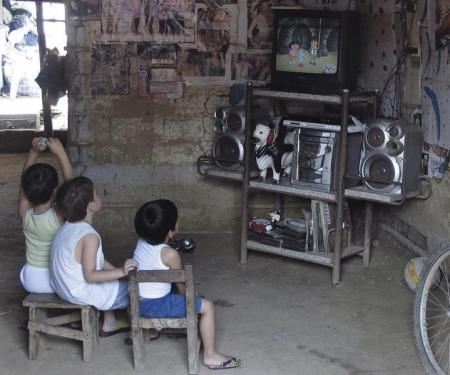 أطفال يشاهدون التلفزيون في ترينداد